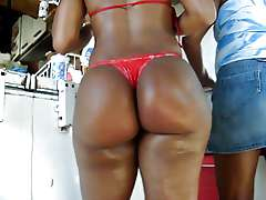 Big ebony ass, biquini enfiado na..